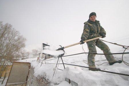 Как лучше почистить снег с крыши