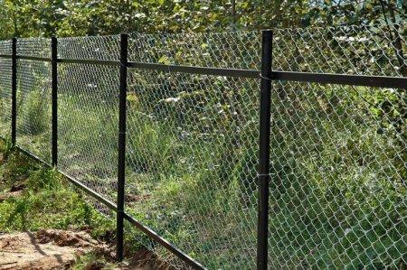 Секционный забор из сетки рабицы: купить или изготовить своими руками?