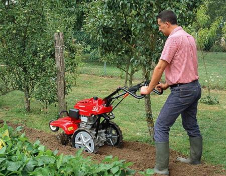 Уход за садом с помощью садовой техники