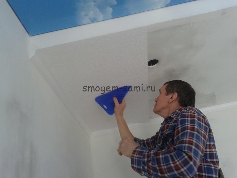 отделка потолка из гкл обоями