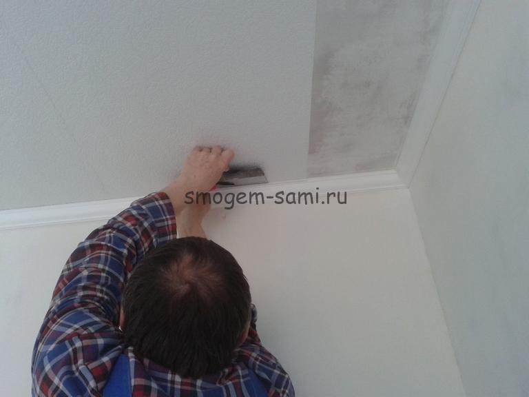 отделка потолка виниловыми обоями