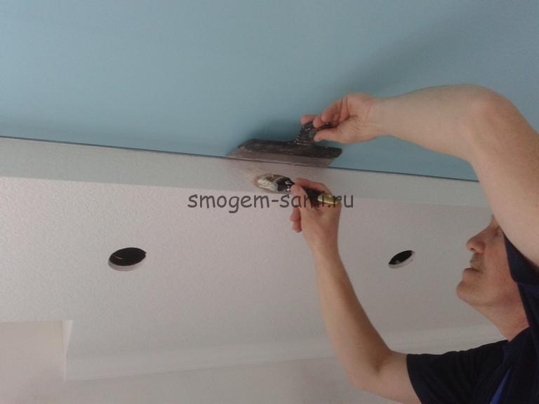 покраска виниловых обоев на потолке