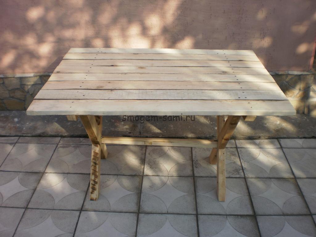 уличный столик из дерева фото