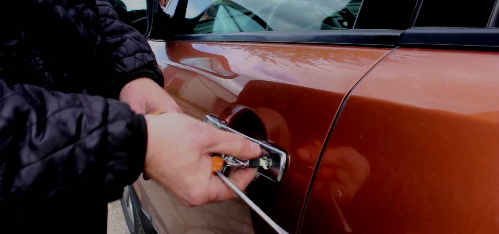 Вскрытие дверей автомобиля фото