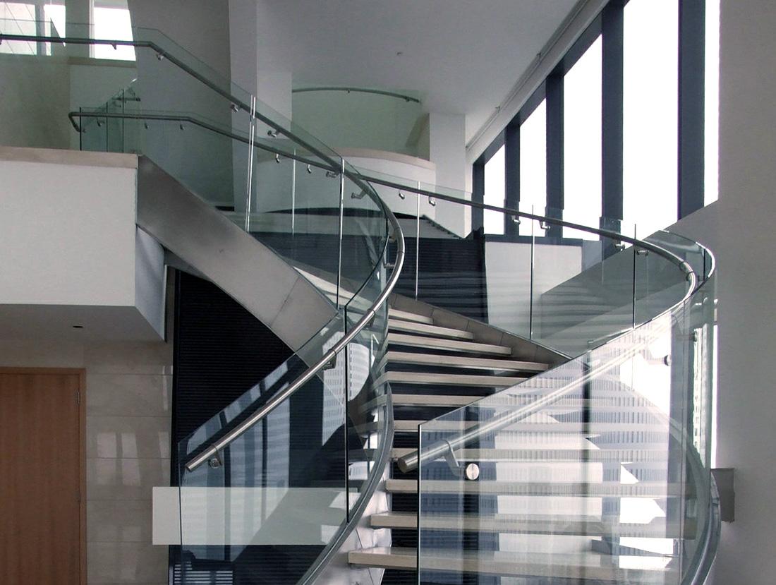 Сочетание-стекла-и-метала-в-лестничном-ограждении